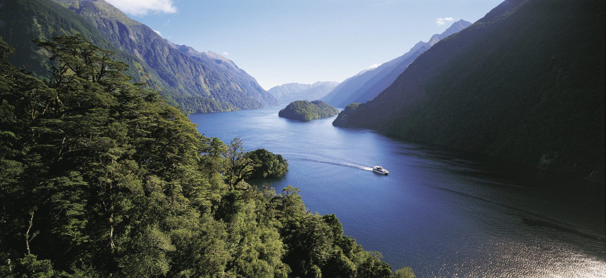 Boat making its way through the Doubtful Sound
